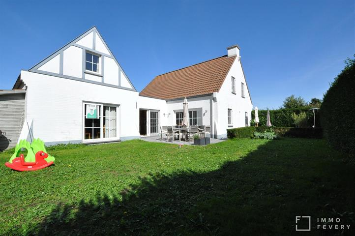 Ruime villa gelegen in een rustige buurt te Duinbergen.