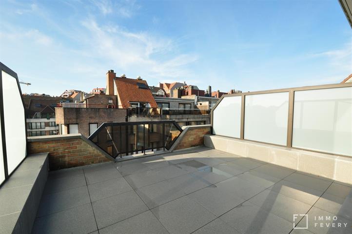 Penthouse avec belle terrasse ensoleillée et avec vue sur mer latérale.