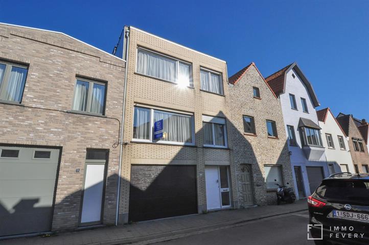 Te renoveren bel-étage met tuin en zeer ruime garage, gelegen in het centrum van Knokke!