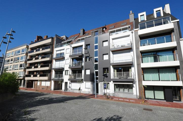 Hedendaags appartement met ruim terras, op een rustige ligging en op enkele stappen van de zeedijk en de Dumortierlaan.