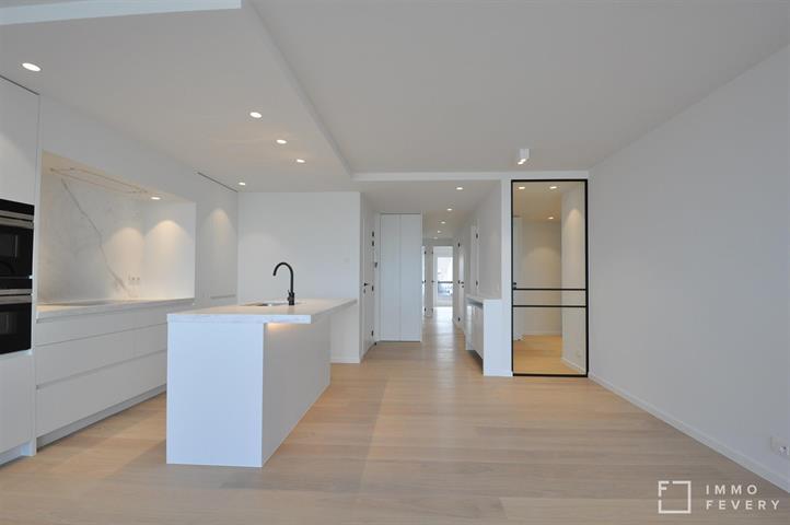 Volledig vernieuwd appartement op de zeedijk dichtbij het Van Bunnenplein.