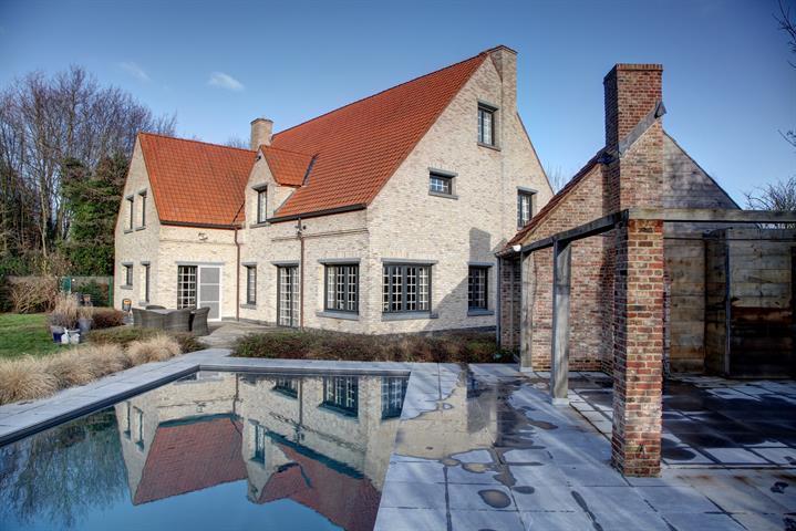 Alleenstaande, ruime villa gelegen in in een rustige, residentiële buurt te Knokke.