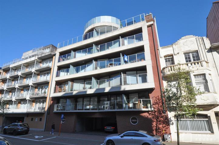 Aangenaam appartement met zonnig terras op de Leopoldlaan, kortbij het strand.