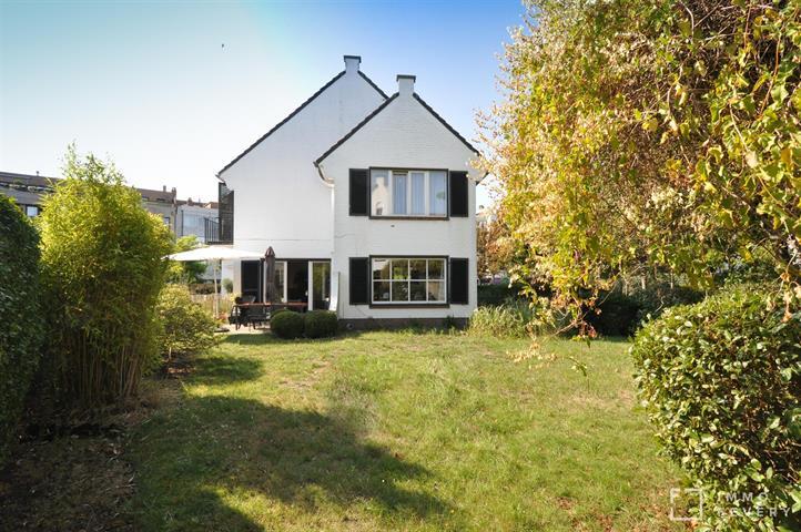Charmante villa jumelée avec jardin, située au centre de Knokke.