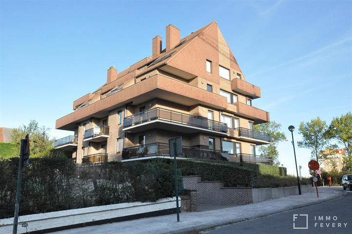 Zonnig appartement met zeer ruime terrassen gelegen in hartje Duinbergen.