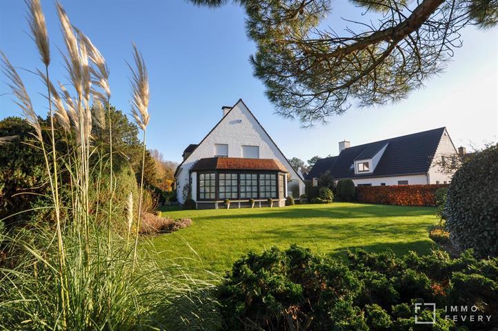 Villa très bien situé dans un quartier résidentiel sur un terrain ensoleillé de 881m2.