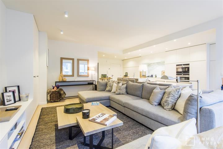 Magnifique appartement avec une largeur de façade de 7,40m et vue sur mer latérale!